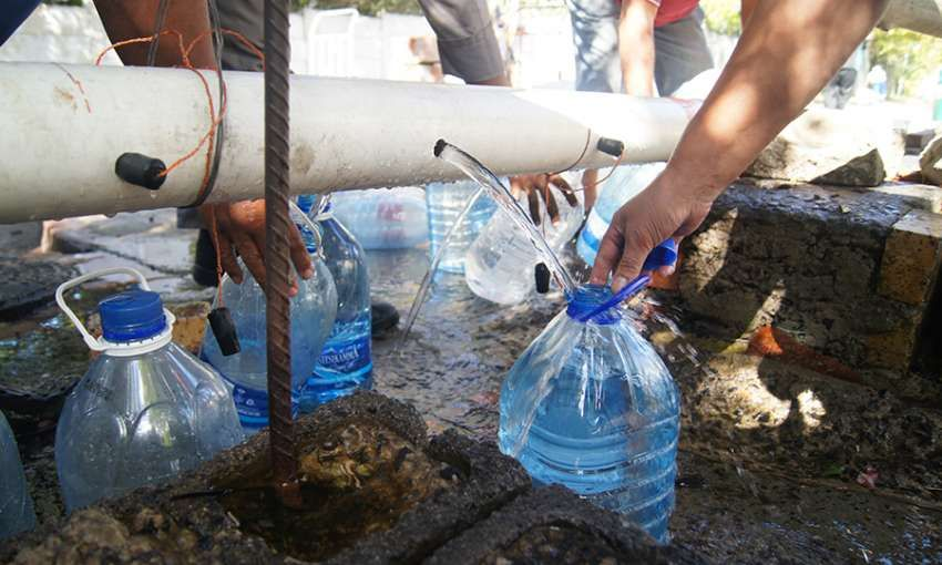 Cape Town residents fill their water jugs at the Highlands Spring. Image by Jacqueline Flynn. South Africa, 2018.